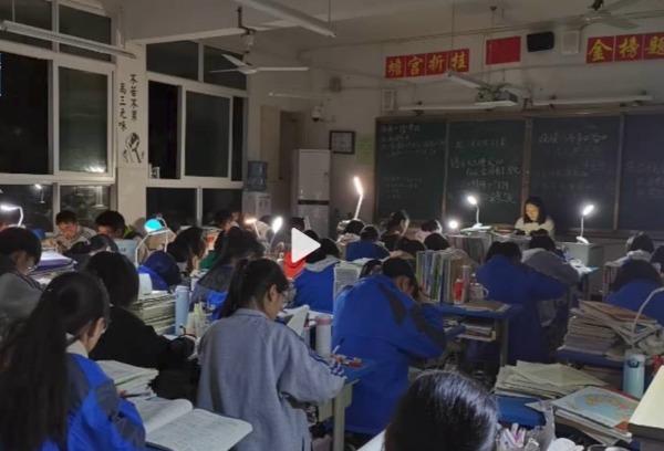 考试时突然停电,高三生开台灯淡定答题