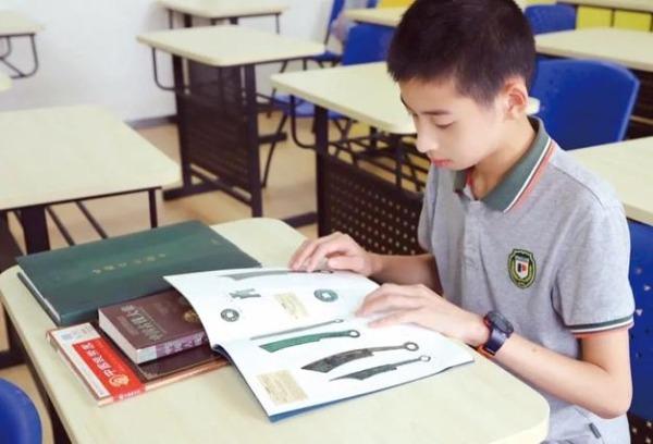 上海初中生翻阅教科书用图发现有误 古钱币图与说明不符